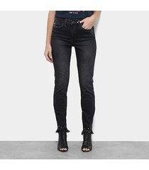 calça jeans skinny carmim barra desfiada cintura média feminina