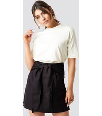 milena karl x na-kd knot mini skirt - black