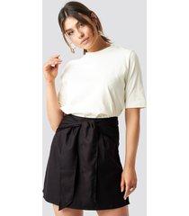 milena karl x na-kd knot mini skirt - black