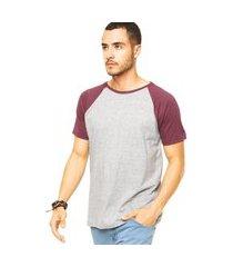 camiseta masculina raglan cinza claro com bordô