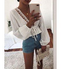 blusa blanca con encaje de crochet adornado con escote en v profundo cuello