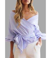blusa cruzada con lazo azul