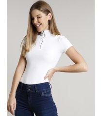 blusa feminina canelada com zíper de argola manga curta gola alta off white