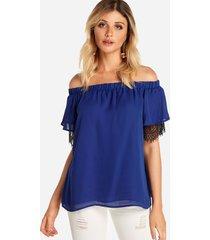 blusa con hombros descubiertos y encaje azul