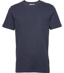 the organic tee w. pocket t-shirts short-sleeved blå by garment makers