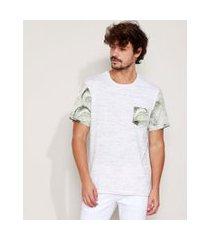 camiseta masculina com bolso estampado folhagem manga curta gola careca off white