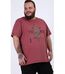 """camiseta masculina plus size """"the wild"""" manga curta gola careca vinho"""
