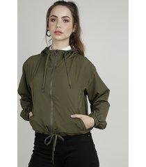 jaqueta corta vento feminina com capuz e bolsos verde militar