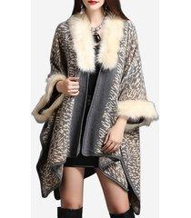 cappotti lavorati a maglia con collo in pelliccia sintetica con stampa leopardata delle donne
