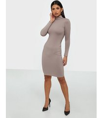 parisian rib knit turtle neck midi dress långärmade klänningar
