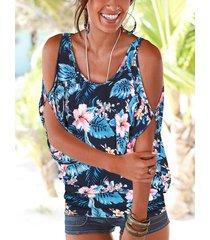 camiseta azul marino con hombros descubiertos y estampado floral al azar en la espalda