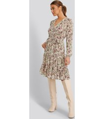 na-kd boho self-tie printed midi dress - beige