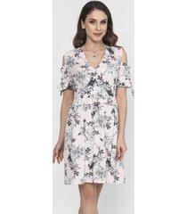 sukienka z wyciętymi ramionami w kwiaty