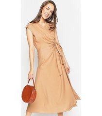 kopertowa sukienka z lnianej tkaniny camel