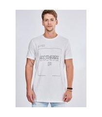camiseta em malha crepe com estampa geométrica