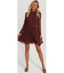 na-kd boho lace anglaise ls mini dress - burgundy