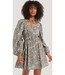 na-kd boho scalloped neckline mini dress - grey