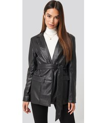 na-kd trend tied front faux leather blazer - black
