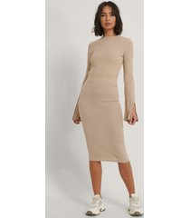 na-kd reborn recycled knälång kjol - beige