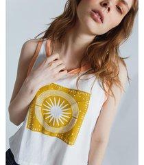 camiseta con detalles tejidos