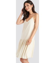 na-kd bottom flounce striped dress - nude