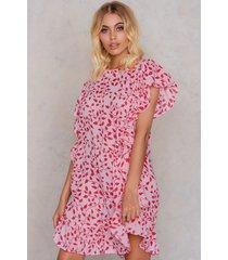 na-kd boho ruffle short dress - pink,red,multicolor
