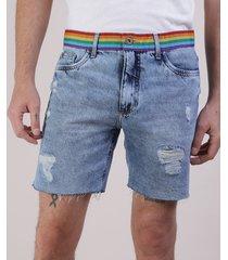 bermuda jeans masculina pride reta destroyed com faixa arco-íris azul claro