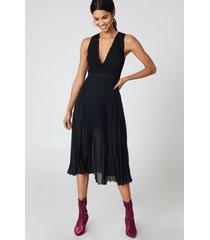 na-kd party deep neck pleated dress - black