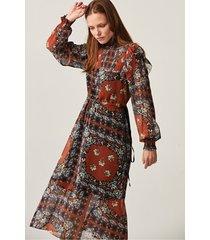 zwiewna sukienka midi z golfem w orientalne wzory
