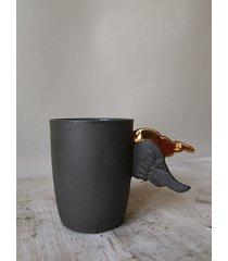 czarny porcelanowy kubek ze skrzydełkami