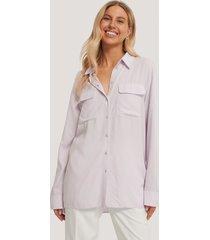 chloé b x na-kd oversize skjorta med fickor fram - purple