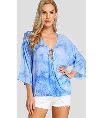 blusa azul con efecto tie-dye cruzado diseño deep v cuello
