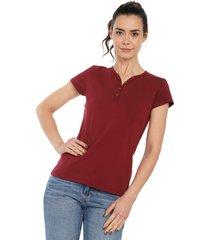 camiseta con botones de mujer licrada-vinotinto polovers