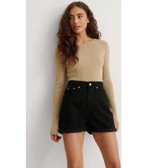 na-kd trend ekologiska mom shorts med uppvik - black