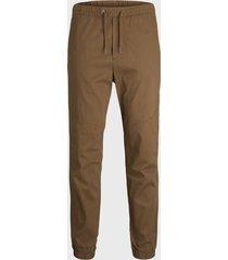 pantalón jogger jack & jones marrón - calce ajustado