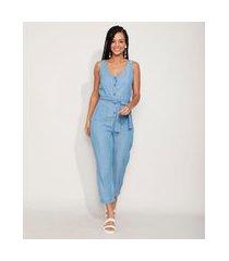 macacão jeans feminino com bolsos e faixa para amarrar sem manga azul médio
