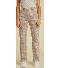 denimowe spodnie fason relaxed