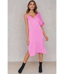 na-kd asymmetric shoulder midi dress - pink