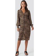 na-kd trend buttoned front v-neck dress - brown