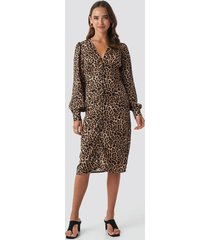 na-kd trend buttoned front v-neck dress - brown