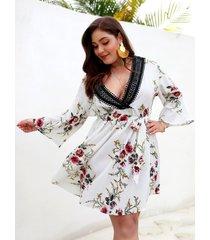 plus talla blanco cinturón diseño estampado floral escote en pico vestido