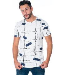 camiseta basica blanca con diseño corrugado en lineas cuello redondo y estampado azul