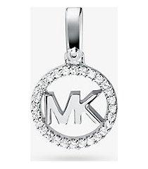 mk ciondolo con logo in argento sterling con placcatura in metallo prezioso e pavé - argento (argento) - michael kors