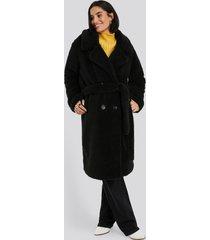 na-kd belted long teddy coat - black
