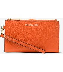 mk portafoglio per smartphone adele in pelle martellata - mandarancio (arancio) - michael kors