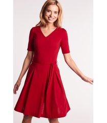 czerwona sukienka z krótkim rękawem