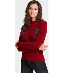 sweter z naszywką z logo