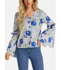 blusa con mangas acampanadas con cuello en v y estampado floral al azar con abertura en gris