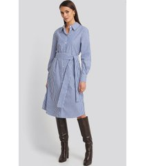 na-kd classic belted midi shirt dress - white,blue