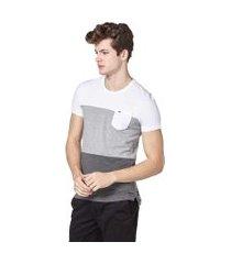 camiseta convicto com bolso e recortes branco, cinza claro e mescla